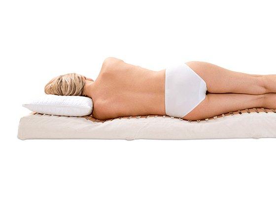 Frau liegt auf der Seite auf einer ERGOFITair-Matratze