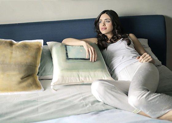 Junge Frau auf ERGOFITair-Matratze