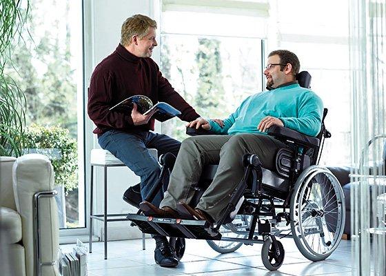 Beratung von Mann in Rollstuhl durch Kundenberater