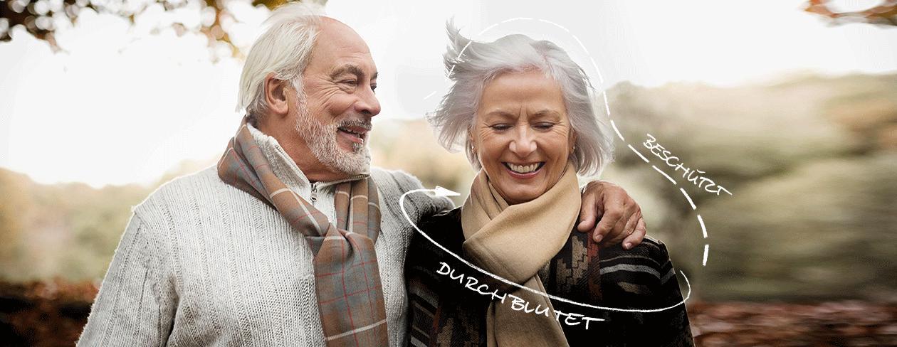 Lachendes älteres Ehepaar draußen