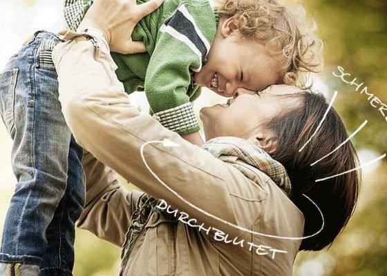 Mutter hält kleines Kind hoch