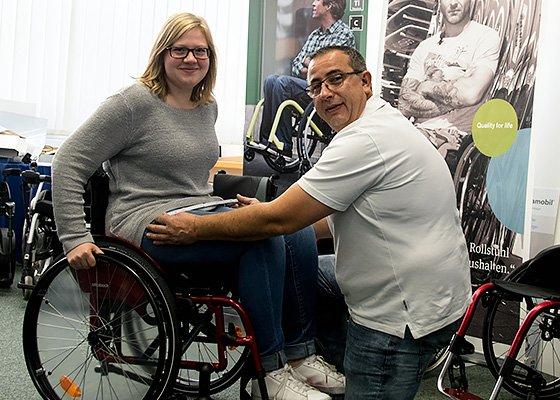 Santec Kundenberater berät Frau im Rollstuhl