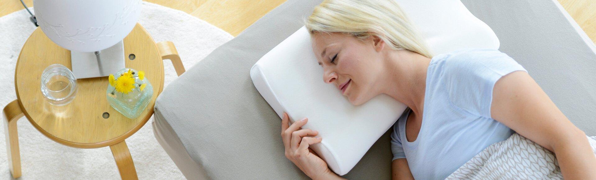 Schlafende Frau auf Nackenkissen