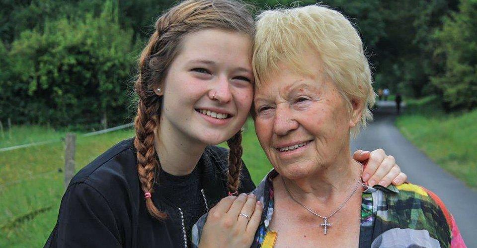 Seniorin mit ihrer Enkelin draußen